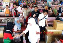 TETAP BLUSUKAN: Sehari jelang debat publik, Khofifah blusukan di Pasar Pasar Ikan Mayangan, Probolinggo, Senin (9/4). | Foto: Barometerjatim.com/MARIJAN AP