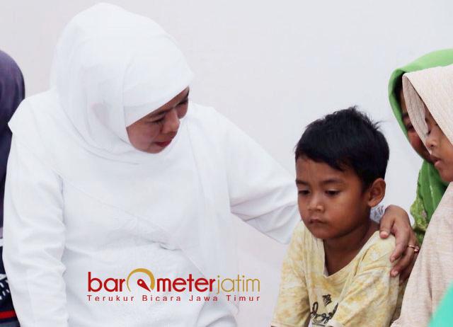 HIBUR FAYED: Cagub Khofifah menghibur Fayed, putra bungsu almarhum KH Cholil Ahmad saat takziah di Sampang, Sabtu (14/3). | Foto: Barometerjatim.com/ROY HASIBUAN