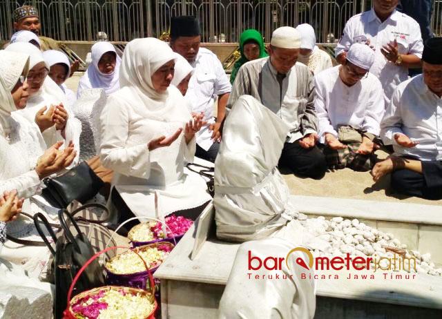 ZIARAH: Cagub Khofifah Indar Parawansa melakukan ziarah ke makam Sunan Ampel, Selasa (10/4) sebelum melakoni debat publik. | Foto: Barometerjatim.com/ENEF MADURY