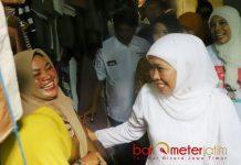 EKSPRESI BAHAGIA: Pedagang di Padar Benowo ini menunjukkan ekspresi bahagia menyambut kehadiran Cagub Jatim, Khofifah Indar Parawansa di Pasar Benowo Surabaya. | Foto: Barometerjatim.com/ABDILLAH HR
