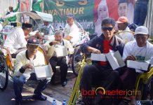 SARAPAN BARENG: Relawan Khofifah-Emil Dardak mengajak ratusan tukang becak sarapan bareng di depan Pendopo Bupati, Minggu (29/4). | Foto: Barometerjatim.com/ABDILLAH HR