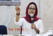 PDIP SENTIL PKB: Sekretaris DPP PDIP Jatim, Sri Untari saat menjadi pembicara dalam rilis hasil survei SSC di Surabaya, Jumat (27/4).   Foto: Barometerjatim.com/ROY HASIBUAN