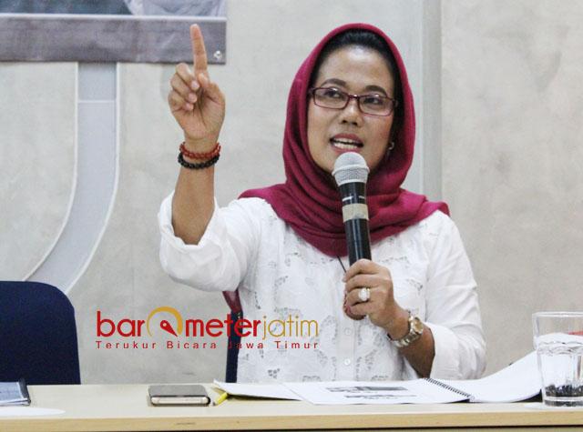 PDIP SENTIL PKB: Sekretaris DPP PDIP Jatim, Sri Untari saat menjadi pembicara dalam rilis hasil survei SSC di Surabaya, Jumat (27/4). | Foto: Barometerjatim.com/ROY HASIBUAN