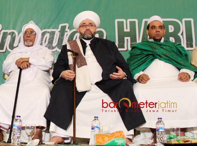 DOA UNTUK KHOFIFAH: Syekh Afifuddin Al Jailani (tengah) mendoakan Khofifah Indar Parawansa memenangi Pilgub Jatim 2018. | Foto: Barometerjatim.com/ABDILLAH HR