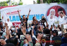 HOMPIMPA KHOFIFAH: Anang Hermansyah sekeluarga meluncurkan jingle Hompimpa untuk Khofifah-Emil di halaman Rumah Aspirasi, Surabaya, Selasa (1/5). | Foto: Barometerjatim.com/ ROY HASIBUAN