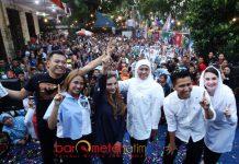 LAUNCHING JINGLE: Anang Hermansyah sekeluarga saat launching jingle pemenangan Khofifah-Emil di halaman Rumah Aspirasi, Surabaya, Selasa (1/5). | Foto: Barometerjatim.com/ MARIJAN AP