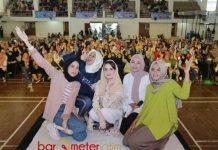 POSE MILENIAL: Arumi Bachsin pose bersama peserta usai seminar Bangkitkan Energi Milenialmu di Sport Center Universitas Islam Negeri (UIN) Malang, Minggu (6/5). | Foto: Barometerjatim.com/ROY HASIBUAN