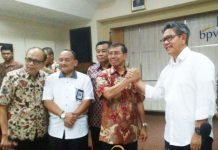SIAP TANCAP GAS: Danis Hidayat Sumadilaga (kanan) bersama Herman Hidayat saa serah terima jabatan. | Foto: Barometerjatim.com/WIRA HARLIJADI