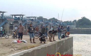 DESTINASTI BARU WISATA: Kawasan Bendung Gerak Babat (Babat Barrage) menjadi destinasi baru untuk ngabuburit bagi warga Lamongan dan Tuban yang tinggal di bantaran sungai Bengawan Solo. | Foto: Barometerjatim.com/HAMIM ANWAR