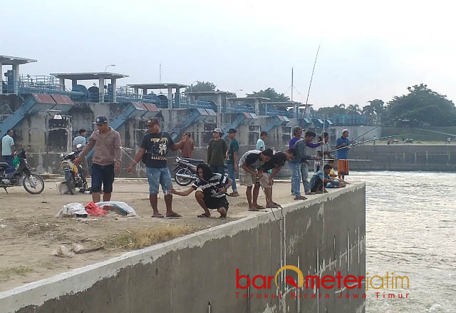 DESTINASTI BARU WISATA: Kawasan Bendung Gerak Babat (Babat Barrage) menjadi destinasi baru untuk ngabuburit bagi warga Lamongan dan Tuban yang tinggal di bantaran sungai Bengawan Solo.   Foto: Barometerjatim.com/HAMIM ANWAR