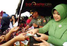 PANGDAM MERAKYAT: Pangdam V Brawijaya, Mayjen TNI Arif Rahman ikut melayani pembeli saat bazar murah, Minggu (27/5). | Foto: Barometerjatim.com/ABDILLAH HR