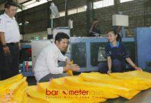 LIHAT PROSES: Cawagub Emil Dardak melihat proses pembuatan karung plastik di pabrik PT Yanaprima Hastapersada Sidoarjo, Kamis (31/5) petang. | Foto: Barometerjatim.com/ROY HASIBUAN