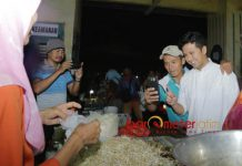 SAMBUTAN HANGAT: Cawagub Emil Dardak mendapat sambutan hangat dan akrab dari pedagang dan pengunjung Pasar Pandaan, Senin (28/5). | Foto: Barometerjatim.com/ROY HASIBUAN