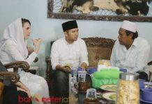 KURSI TIGA PRESIDEN: Emil Dardak duduk di kursi yang pernah diduduki tiga presiden saat sowan ke Ponpes Tremas, Pacitan, Jumat (4/5). | Foto: Barometerjatim.com/ABDILLAH HR