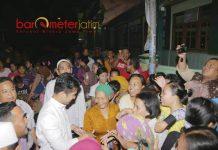 SAMBUTAN MERIAH: Cawagub Emil Dardak disambut meriah saat menghadiri sahur on the road bersama warga Kedungrejo, Jabon, Sidoarjo, Rabu (23/6) dini hari. | Foto: Barometerjatim.com/ROY HASIBUAN
