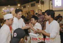 SAHUR BARENG DI DOLLY: Cawagub Emil Dardak sahur bareng pemuda di Ropang Kopi 55, kawasan Dolly, Surabaya, Selasa (22/5) dini hari. | Foto: Barometerjatim.com/ROY HASIBUAN