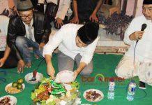 BERSAMA WARGA SURABAYA: Emil Elestianto Dardak merayakan Ultah ke-34 bersama warga Kedinding Surabaya, Minggu (20/5). | Foto: Barometerjatim.com/ROY HASIBUAN