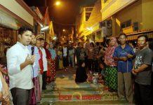 SAHUR BARENG WARGA WIYUNG: Cawagub Emil Dardak menghadiri undangan sahur bareng warga Wiyung, Surabaya, Kamis (24/5) dini hari. | FOTO: Barometerjatim.com/ROY HASIBUAN