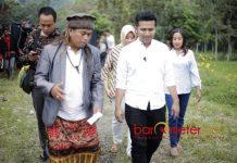 DESA ADAT: Cawagub Jatim, Emil Dardak berkunjung ke Desa ADat Sendi di Pacet, Mojokerto, Senin (30/4). | Foto: Barometerjatim.com/ ROY HASIBUAN