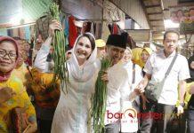 BLUSUKAN DI PACITAN: Emil Dardak dan istrinya, Arumi Bachsin blusukan serta serap aspirasi di pasar tradisional Pacitan, Jumat (4/5). | Foto: Barometerjatim.com/ROY HASIBUAN
