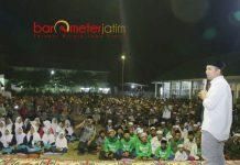 INSPIRATIF ANAK MUDA: Emil Dardak berpidato di Harlah ke-42 Ponpes Nurut Taqwa Bondowoso, Jumat (11/5) malam.   Foto: Barometerjatim.com/ROY HASIBUAN