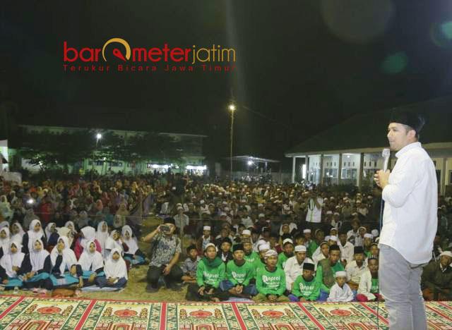 INSPIRATIF ANAK MUDA: Emil Dardak berpidato di Harlah ke-42 Ponpes Nurut Taqwa Bondowoso, Jumat (11/5) malam. | Foto: Barometerjatim.com/ROY HASIBUAN