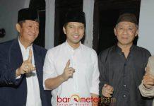 DUKUNGAN TETANGGA GUS IPUL: Cawagub Emil Dardak mendapat dukungan dari para tentangga Gus Ipul di Purwosari, Pasuruan, Senin (28/5). | Foto: Barometerjatim.com/ROY HASIBUAN
