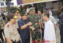 PENINJAUAN GEREJA: Gubernur Soekarwo bersama Kapolda dan Pangdam melakukan peninjauan di emat gereja di Surabaya, Minggu (20/5). | Foto: Barometerjatim.com/ABDILLAH HR