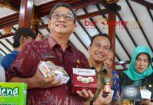 EKONOMI KREATIF: I Gusti Ngurah Indra Setiabudi Ranuh (kiri) mengunjungi pameran produk pelatihan ekonomi kreatif dari BPWS, Selasa (15/5). | Barometerjatim.com/WIRA HARLIJADI