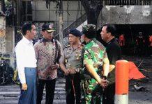 GERAK CEPAT PRESIDEN: Presiden Jokowi gerak cepat meninjau lokasi pengeboman di Surabaya. Negara hadir dalam peristiwa yang dikutuk banyak pihak tersebut. | Foto: Ist