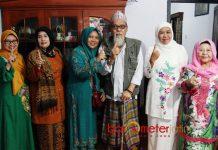 DUKUNGAN SIDOGIRI: Khofifah mendapat dukungan penuh dari Anggota Majelis Keluarga Ponpes Sidogiri Pasuruan, KH Abdullah Syaukat Siradj, Kamis (10/5). | Foto: Barometerjatim.com/MARIJAN AP