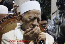 SEDERHANA DAN KARISMATIK:: KH Sholeh Qosim, sosok sederhana dan karismatik yang wafat saat sujud shalat maghrib. | Foto: Barometerjatim.com/ABDILLAH HR