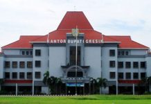 DIPERKETAT: Penjagaan kantor bupati Gresik diperketat pasca teror bom di Surabaya dan Sidoarjo. Jatim. | Foto: Ist