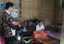 DINSOS SAMBANGI KASMINAH: Kabid Rehabilitasi dan Sosial Dinsos Lamongan saat mendatangi rumah Kasminah, Senin (28/5). | Foto: Barometerjatim.com/HAMIM ANWAR