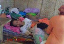 30 TAHUN LUMPUH: Kasminah, warga Lamongan, 30 tahun lumpuh dan hidup dengan belas kasihan tetangga. | Foto: Barometerjatim.com/HAMIM ANWAR