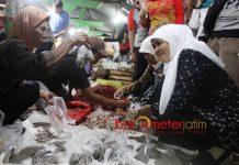 PERHATIKAN NASIB LANSIA: Cagub Khofifah blusukan di Pasar Induk Kota Bojonegoro, Senin (28/5) dini hari. | Foto: Barometerjatim.com/MARIJAN AP