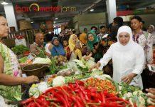 BLUSUKAN DI PASAR: Hari pertama puasa Ramadhan, Cagub Khofifah blusukan di Pasar Pahing, Rungkut, Surabaya, Kamis (17/5). | Foto: Barometerjatim.com/ROY HASIBUAN