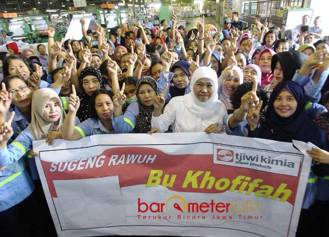 SAMBUTAN HANGAT: Ribuan buruh PT Tjiwi Kimia menyabut hangat dan antusias kehadiran Cagub Khofifah, Kamis (24/5). | FOTO: Barometerjatim.com/MARIJAN AP