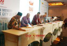 SMART CITY: Bupati Lamongan, Fadeli bersama sejumlah kepala daerah menandatangani nota kesepahaman Gerakan Menuju 100 Smart City di Jakarta, Selasa (8/5) malam. | Foto: Barometerjatim.com/HAMIM ANWAR