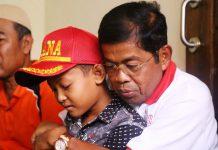 PELUKAN MENSOS: Mensos Idrus Marham memeluk erat Wahyu, putra Aipda Anumerta Denny Setiadi, polisi yang gugur dalam rusuh Mako Brimob. | Foto: IST