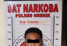 'BUDAK' NARKOBA: SF (27) warga Desa Setro Kecamatan Menganti, Gresik, diciduk polisi karena mengonsumsi narkoba. | Foto: Barometerjatim.com/DIDIK HENDRIYONO