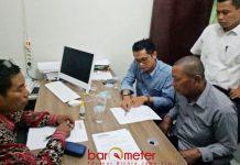 DIPERIKSA PANWASLU: Amat (kanan), diperiksa Panwaslu Lamongan sebagai saksi terkait laporan pembagian stiker paslon di Desa Kendalkemlagi, Lamongan. | Foto: Barometerjatim.com/ HAMIM ANWAR