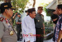 KUNJUNGI TKP: Gubernur Soekarwo bersama Kapolda dan Pangdam mengunjungi TKP bom bunuh diri di gereja Jl Arjuna Surabaya, Minggu (13/5). | Foto: Barometerjatim.com/ABDILLAH HR
