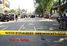 PENJAGAAN KETAT: Suasana di sekitar Gereja Santa Maria Tak Bercela beberapa jam usai peristiwa bom bunuh diri. | Foto: Barometerjatim.com/ENEF MADURY