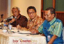 KAWAL INVESTASI: PJ Bupati Bangkalan, I Gusti Ngurah Indra Setiabudi Ranuh (tengah), investasi harus menyejahterakan masyarakat Madura. | Foto: Barometerjatim.com/ WIRA HARLIJADI
