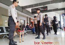 PANTAU KEAMANAN: Tim Raimas Sat Sabhara Polrestabes Surabaya melakukan pemantauan keamanan di Stasiun Gubeng, Surabaya, Senin (28/5). | Foto: Barometerjatim.com/ABDILLAH HR