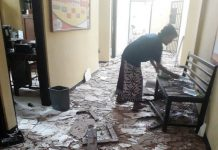 RUSAK PARAH: Kantor Polsek Giligenting, Sumenep, Madura, hancur di beberapa bagian akibat banrang bukti bondet meledak, Senin (21/5). | Foto: Barometerjatim.com/ENEF MADURY