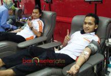 DONOR DARAH: Relawan BMH mendonorkan darahnya untuk korban bom Surabaya di kantor PMI Surabaya, Senin (14/5). | Foto: Barometerjatim.com/ HE PRASETYO