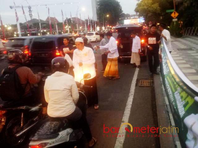 BERBAGI TAKJIL: Relawan Khofifah-Emil berbagi takjil di depan Gedung Negara Grahadi Surabaya, Kamis (17/5). | Foto: Barometerjatim.com/ROY HASIBUAN