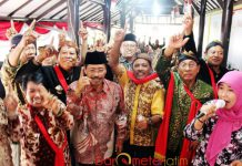 PILIH NOMOR SIJI: Seniman campursari deklarasi dukungan untuk Khofifah-Emil di Rumah Aspirasi, Jalan Diponegoro, Surabaya, Minggu (6/5). | Foto: Barometerjatim.com/ROY HASIBUAN